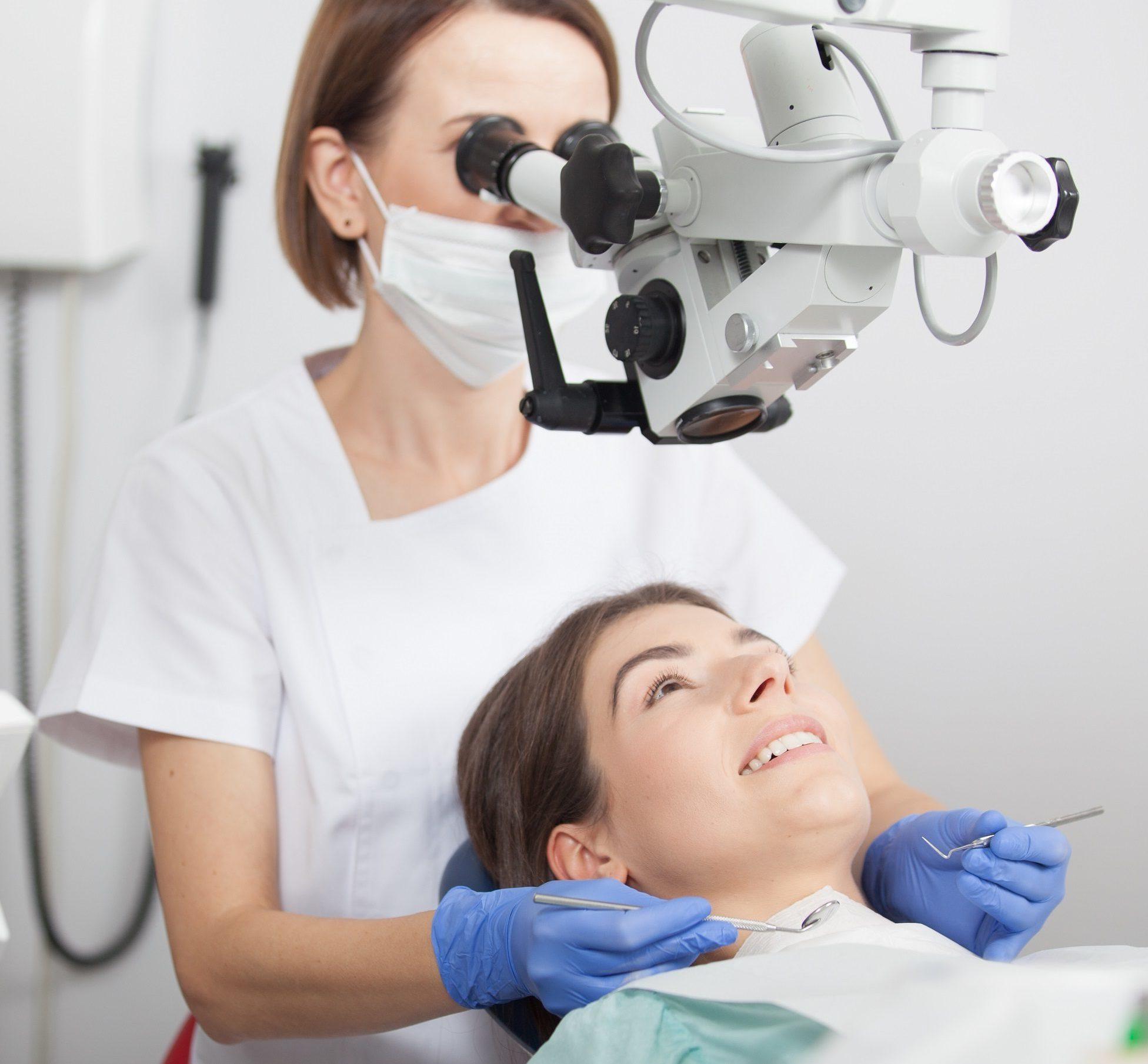 Leczenie w mikroskopie - jedna ze specjalizacji kliniki Dental Estetic